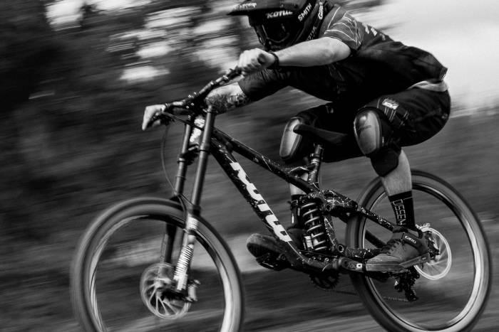Downhill mountain biking in Giro Mid shoes