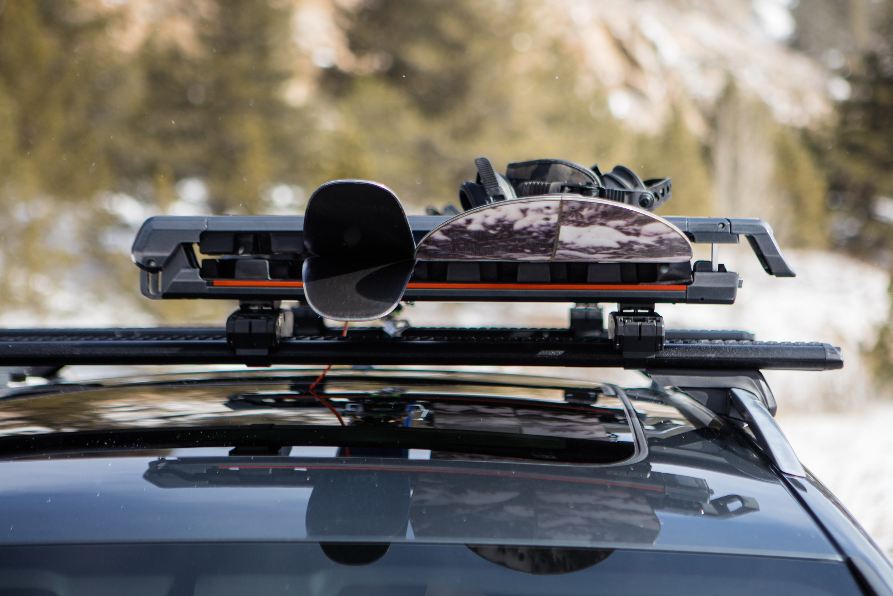 DOOR SKIS ON ROOF RACK 6 PAIRES SKI 4 SURFS