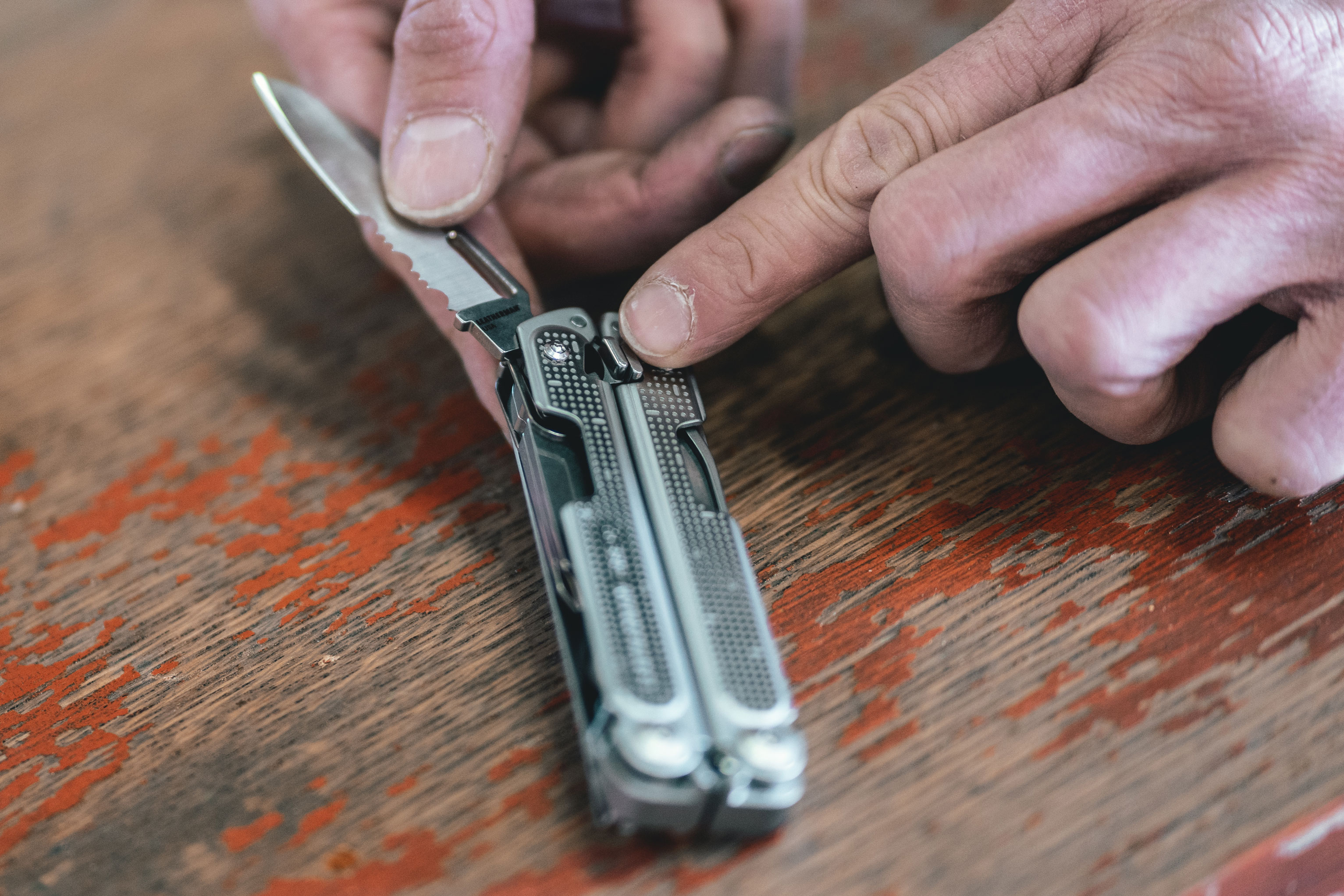Leatherman Free knife tool lock release