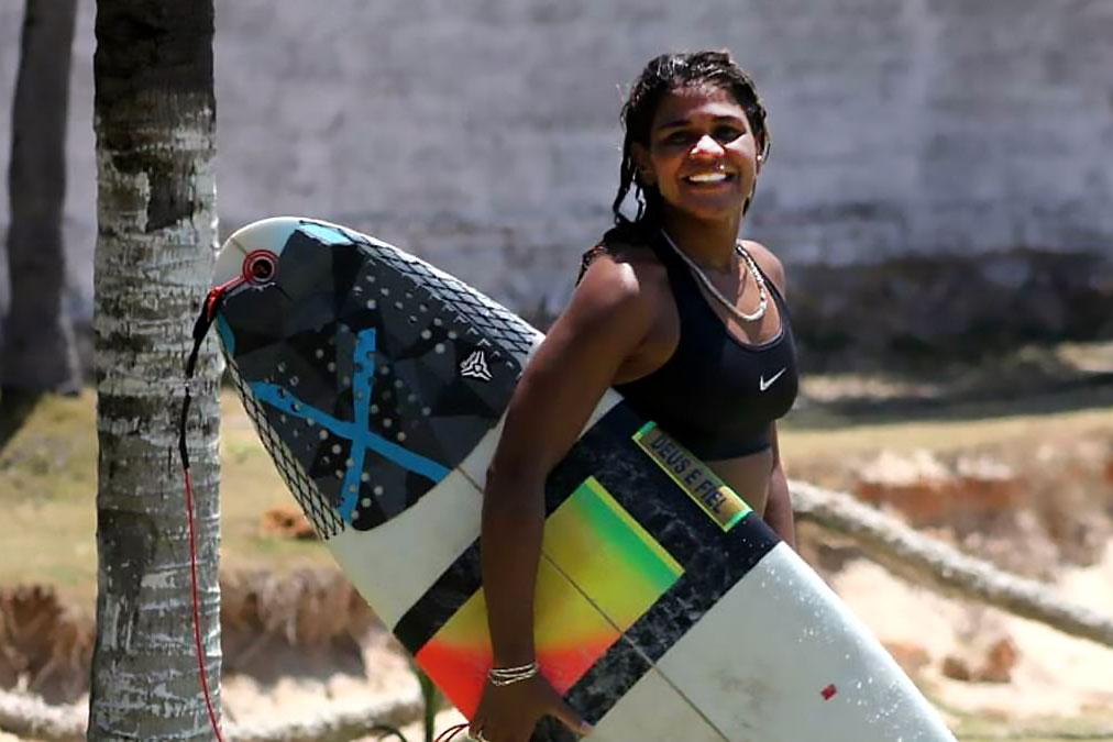 Luzimara Souza surfer