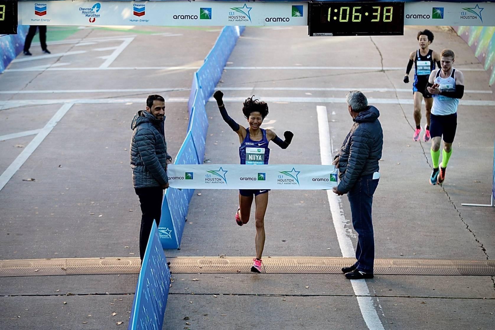 Hitomi Niiya crosses finish line at half marathon