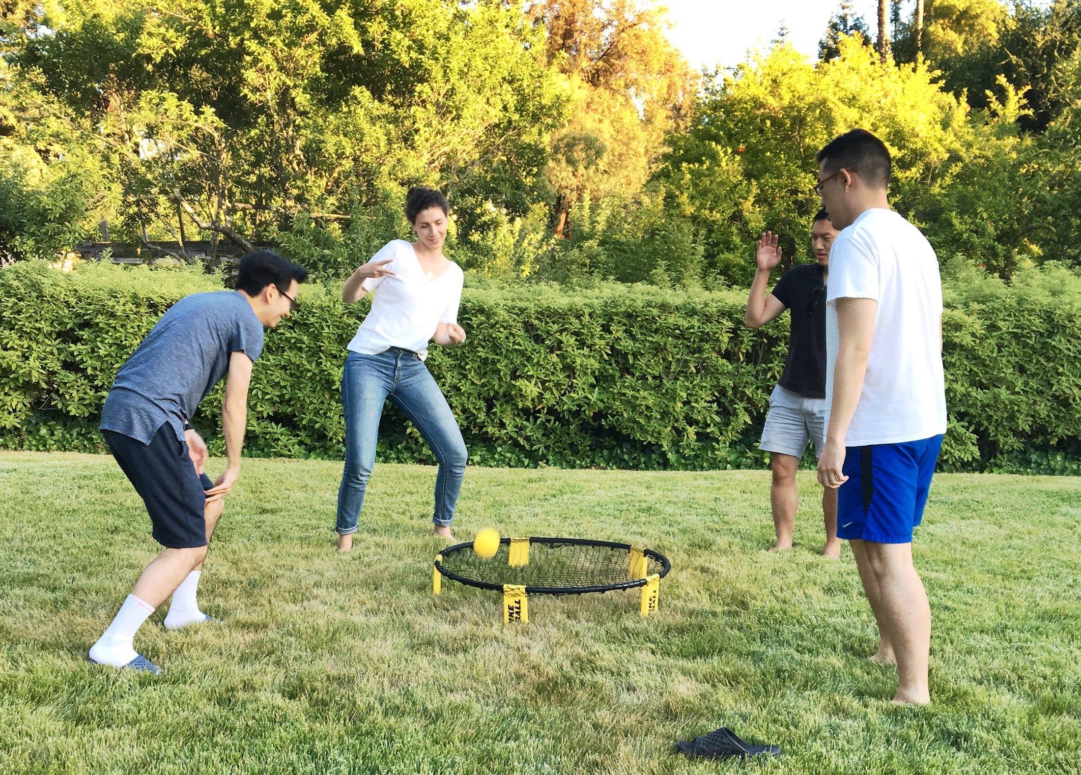 4 people playing spikeball