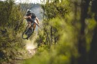Chico tomando aire en una bicicleta de montaña