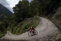 Ciclista Lael Wilcox en la ruta Chingaza en Colombia