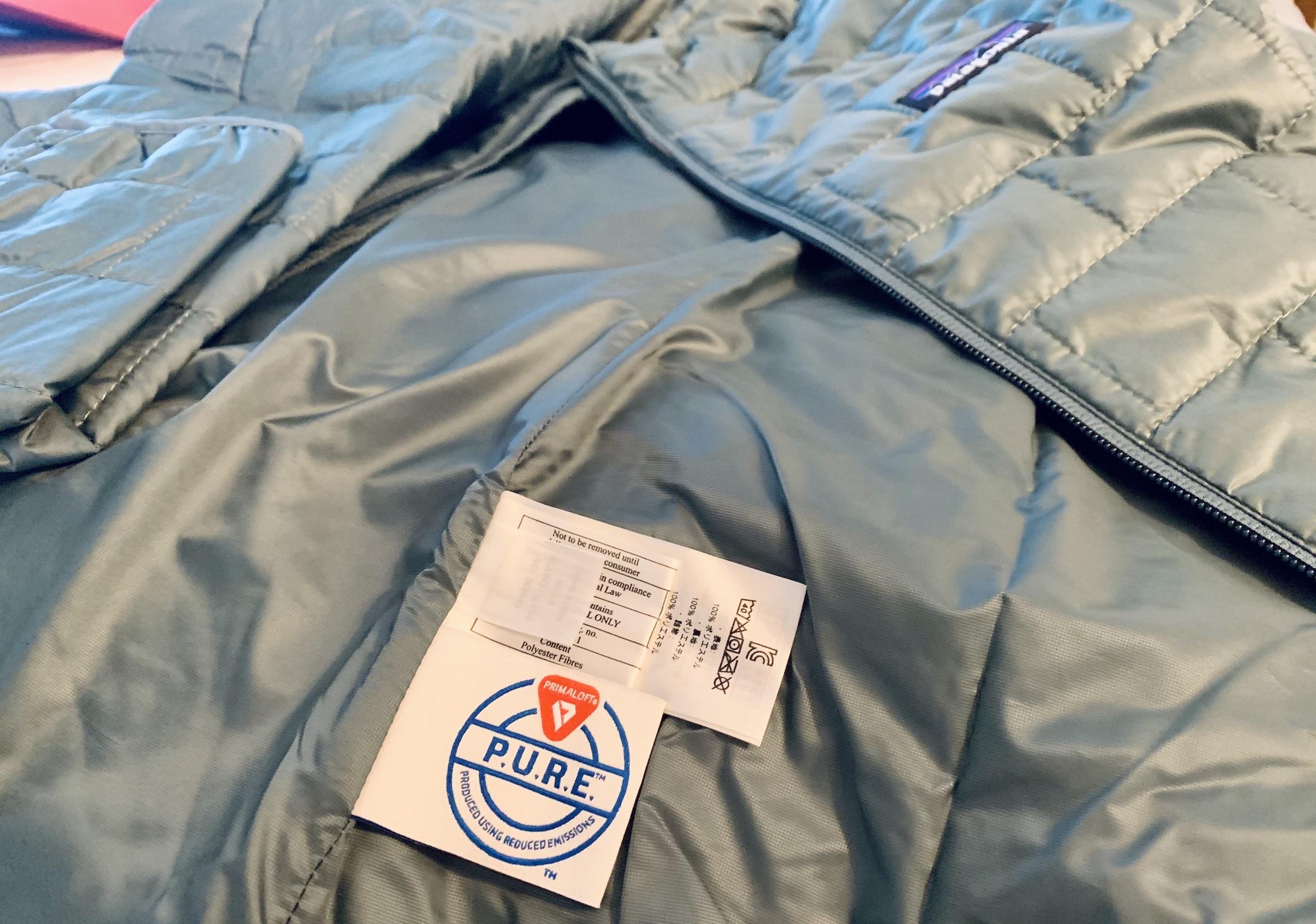 Vista de la etiqueta PURE y los deflectores en Patagonia Nano Puff Jacket en verde