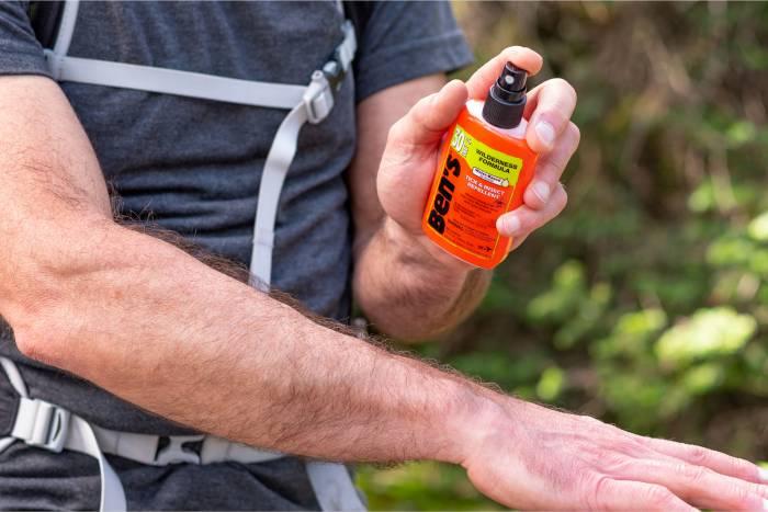 Ben's-30-3.4oz---close-up-hiker-applying-no-spray