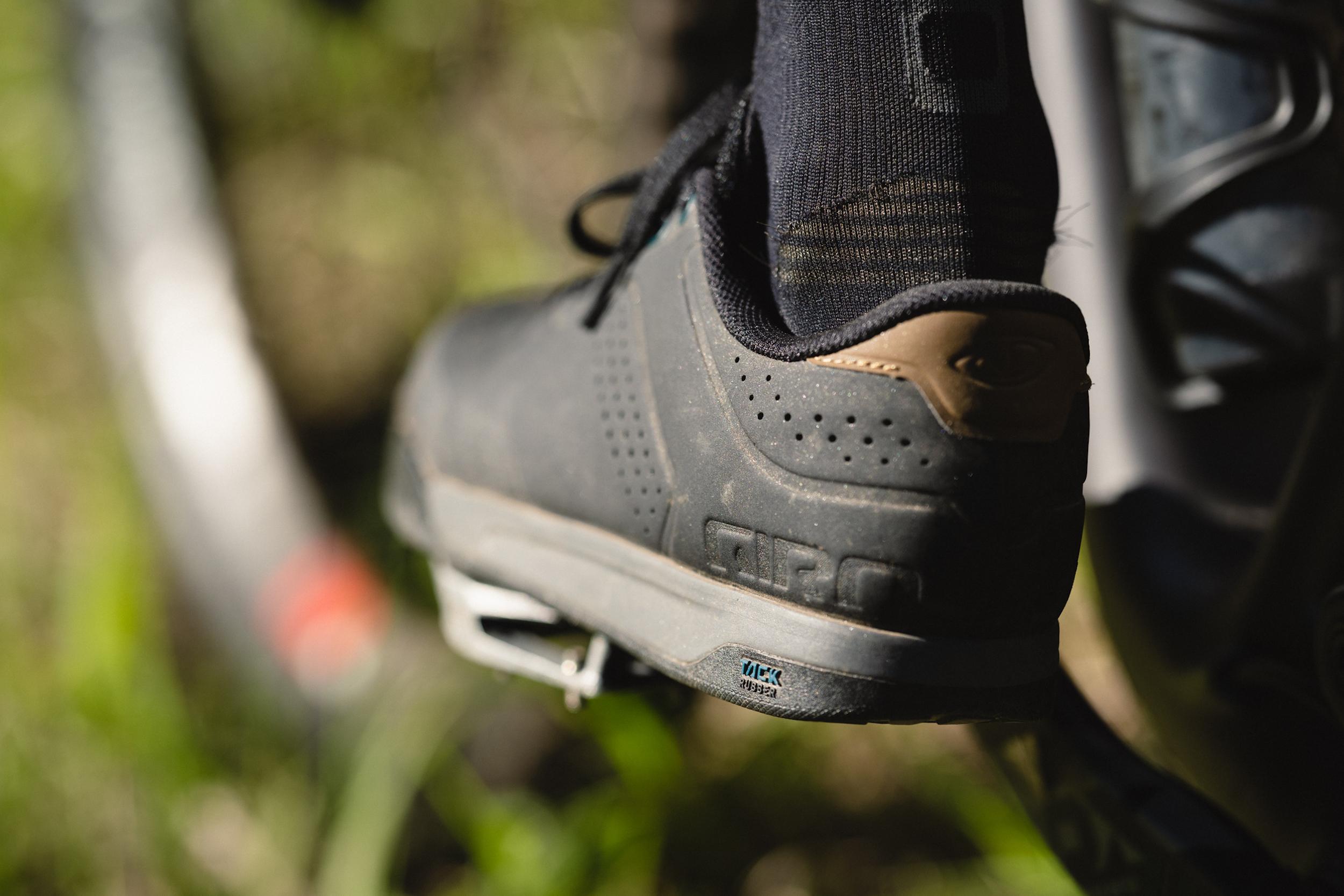 Zapatilla de bicicleta de montaña Giro-Latch en el pedal