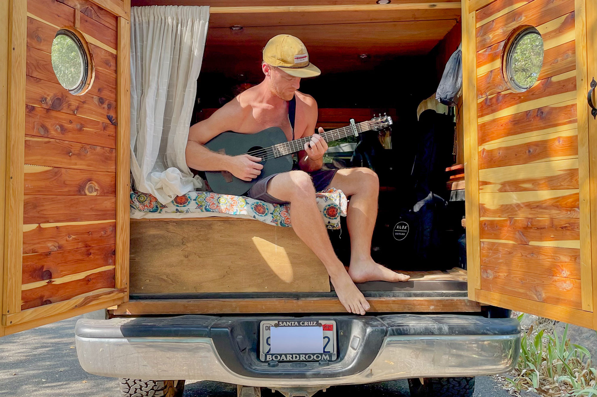 Klos Deluxe Travel Guitar - lifestyle