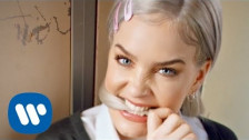 Anne-Marie '2002' music video