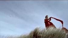 Eline De Munck 'Footprints in the Sand' music video