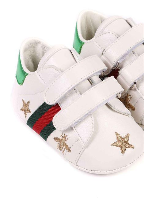 scarpina baby fondo bianco con stelline e strisce laterali rosso e verdi Gucci | Scarpe | 552926 BKPY09069