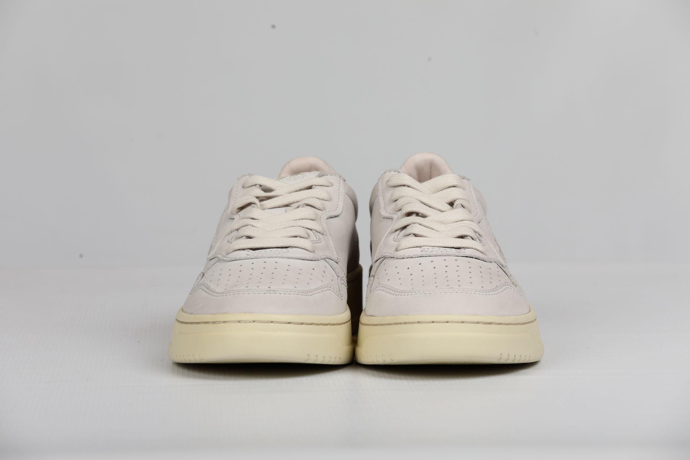 LOW MAN NABUK WHITE AUTRY | Shoes | AULMNN01