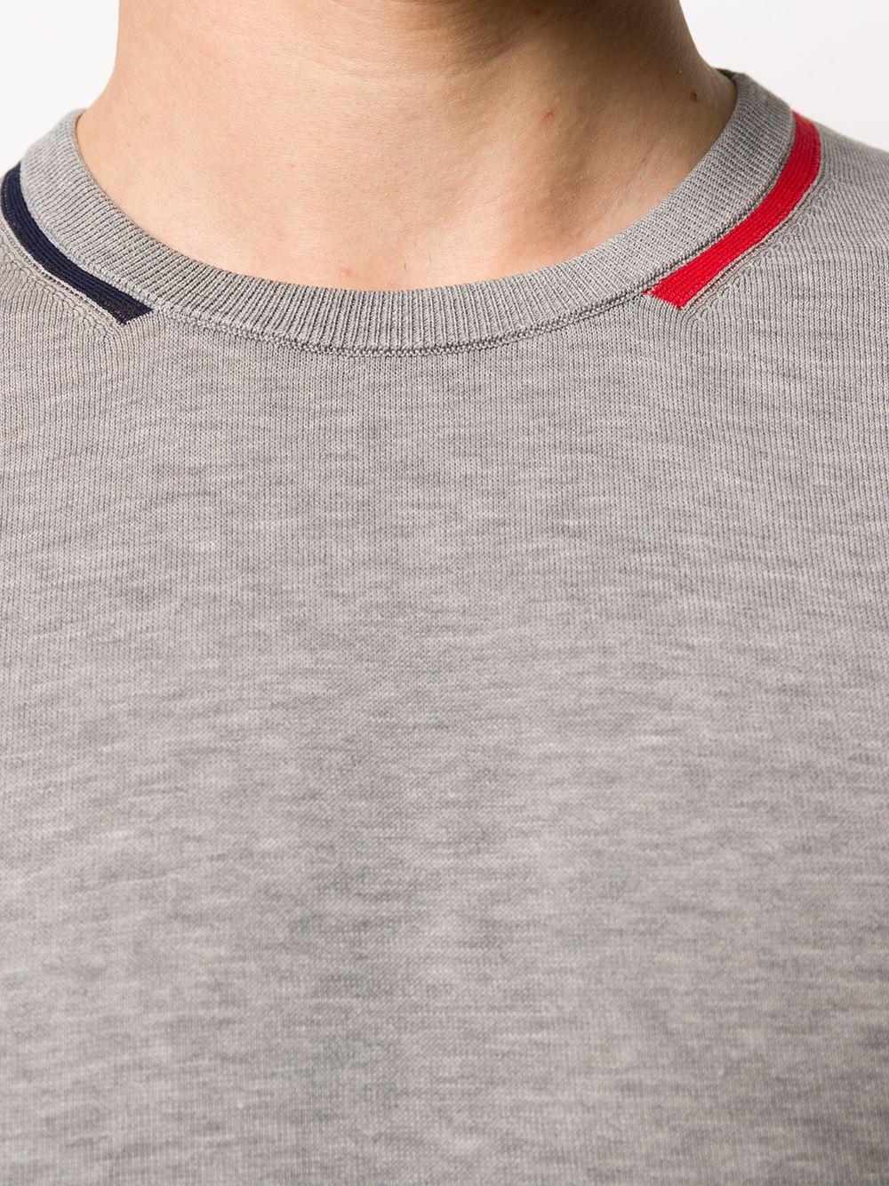 maglia slim fit in cotone grigio caratterizzata da scollo tondo con dettagli blu e rossi MONCLER | Maglieria Moda | 9C709-00-V9121984