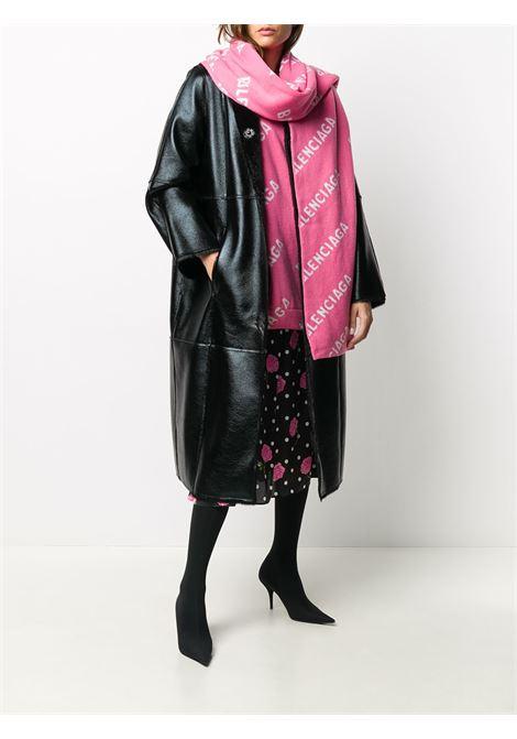 Sciarpa 220x40 in misto lana rosa e bianca con stampa lettering Balenciaga all-over BALENCIAGA | Sciarpe e foulards | 633719-T15675621
