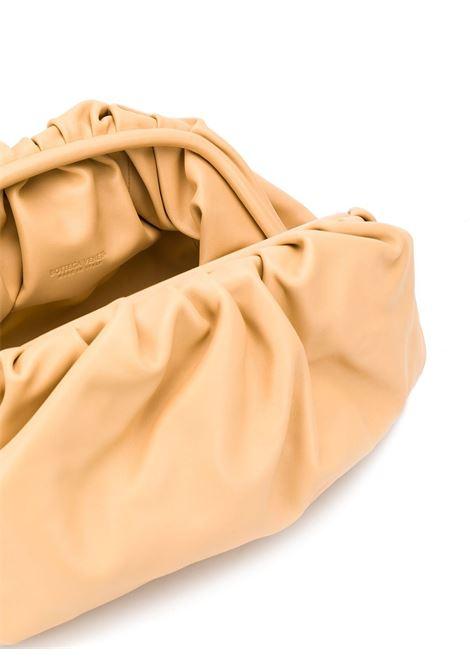 The Pouch Baggrande in color cipria in pelle di vitello butter ultra morbido BOTTEGA VENETA | Clutch | 576227-VCP402752