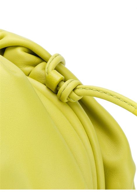 The Pouch Bag piccola in pelle di vitello verde e nappa ultra morbida BOTTEGA VENETA | Clutch | 585852-VCP403520