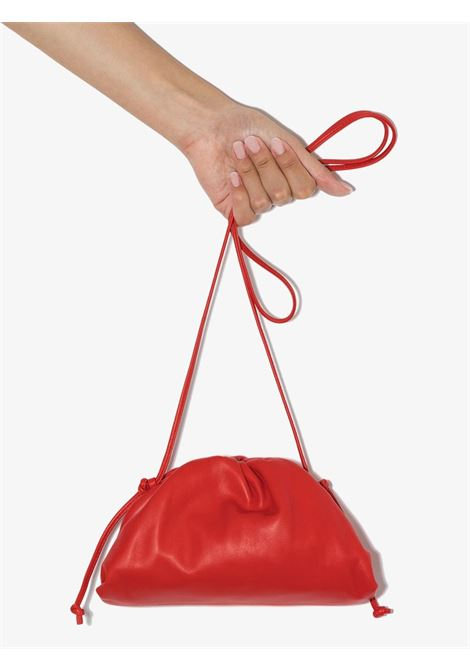 The Pouch Bag piccola  in pelle di vitello e nappa rossa BOTTEGA VENETA | Clutch | 585852-VCP406402