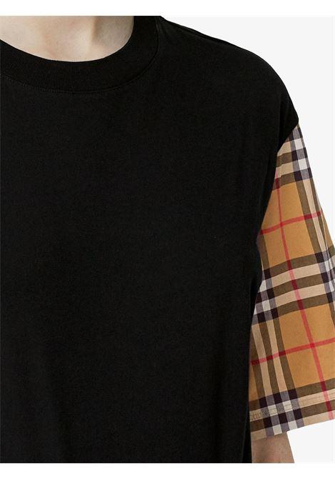 t-shirt nera e beige con stampa check sulle maniche BURBERRY | T-shirt | 8014895-SERRAA1189