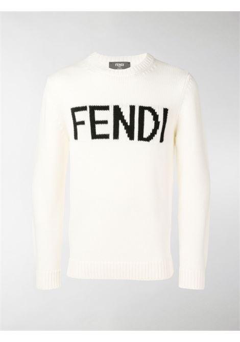 maglione bianco lavorato a maglia intarsiato con lettering Fendi nero FENDI | Maglieria | FZZ387-A3M3F0QA0