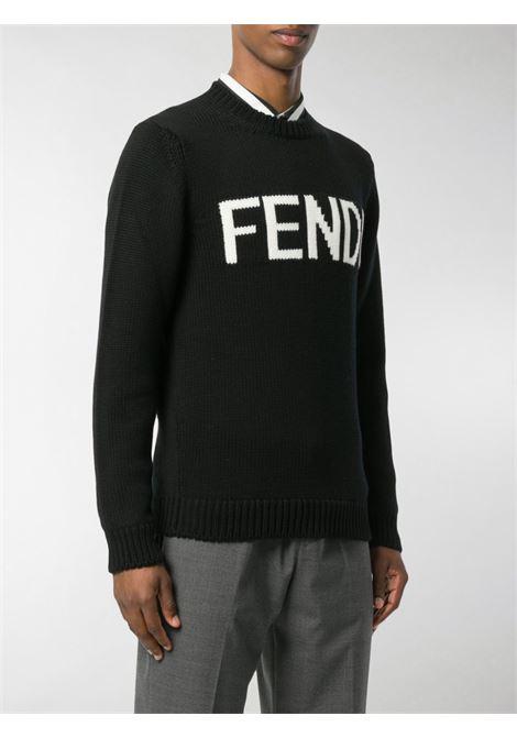 maglione nero lavorato a maglia con logo Fendi bianco sul petto. FENDI | Maglieria | FZZ387-A3M3F0QA1