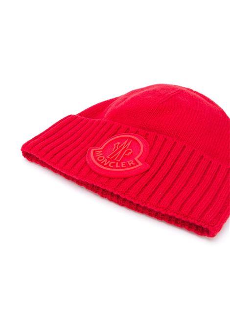 Berretto oversize in lana vergine rossa con logo Moncler MONCLER | Cappelli | 9Z726-00-A9524456