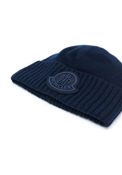 berretto con logo oversize Moncler in lana vergine blu MONCLER | Cappelli | 9Z726-00-A9524778