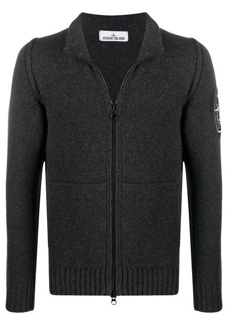 Maglione con zip ricamato in lana grigia con collo alto STONE ISLAND | Cardigan | 7315593C7V0M67
