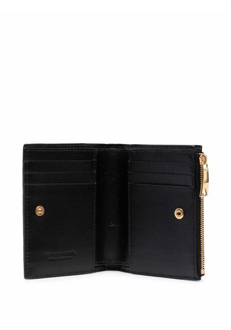 Portafoglio bi-fold Intrecciato in pelle nera con finiture dorate BOTTEGA VENETA | Portafogli | 608059-VCPP38425