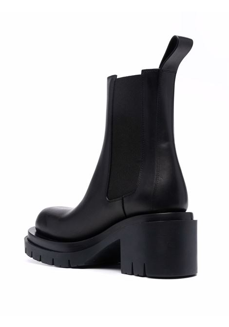 Stivaletti Lug in pelle di vitello nera con linguetta sul tallone BOTTEGA VENETA | Stivali | 667144-VBS501000