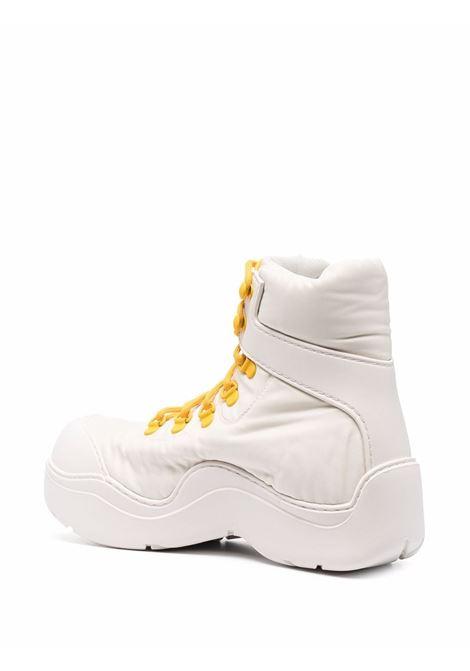 Stivali allacciati Puddle Bomber crema con lacci gialli a contrasto BOTTEGA VENETA | Stivali | 667218-VBSD72942