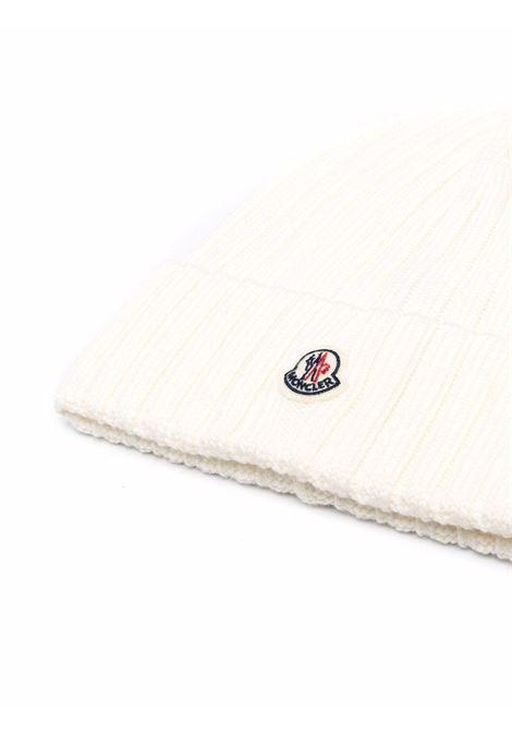 Berretto in lana vergine bianca in maglia a coste MONCLER | Cappelli | 3B000-52-A9327030