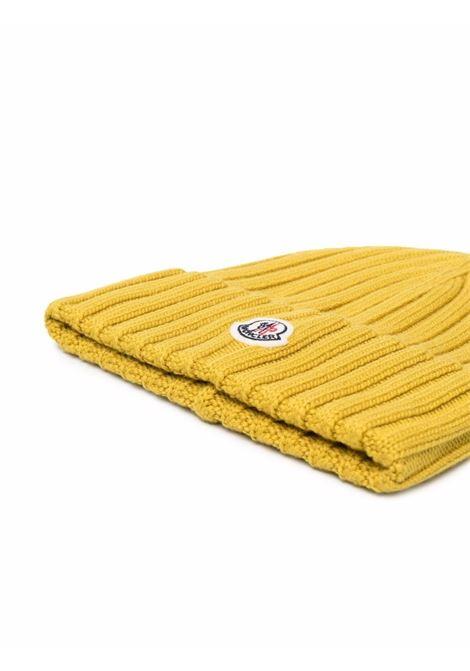 Berretto in lana vergine giallo senape con logo Moncler MONCLER | Cappelli | 3B000-52-A9327136