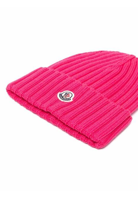 Berretto rosa in lana vergine a coste con logo Moncler MONCLER | Cappelli | 3B000-52-A9327559