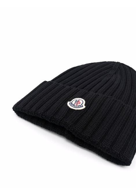 Berretto nero in lana vergine lavorato a coste con logo Moncler MONCLER | Cappelli | 3B000-52-A9327999
