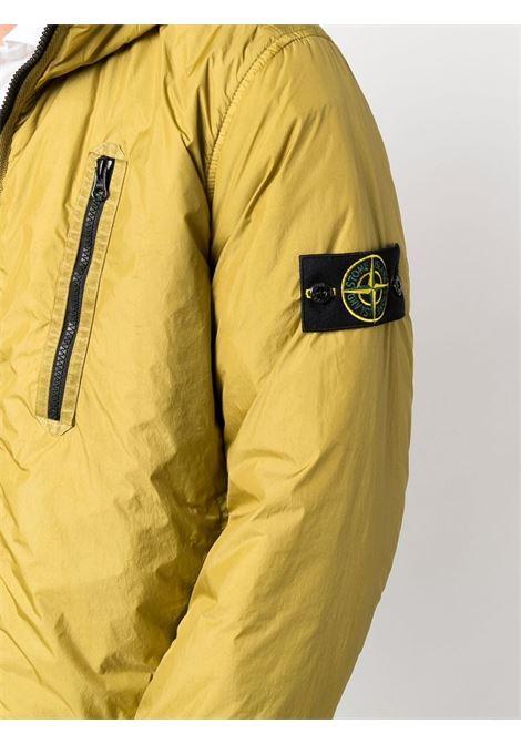 Giubbino giallo con logo Stone Island sulla manica STONE ISLAND | Giubbini | 751542223V0098