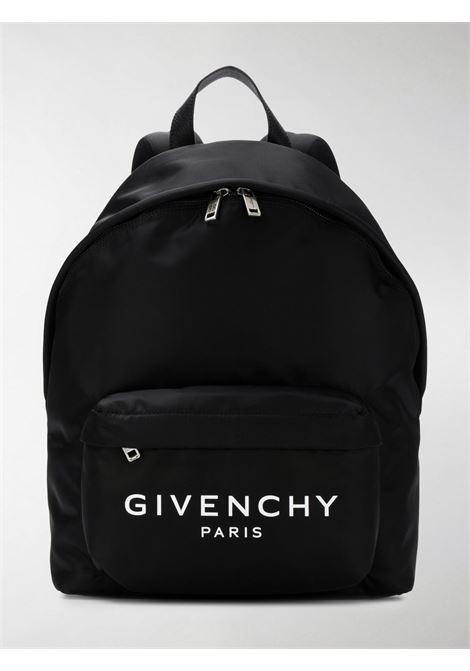 zaino in nylon nero con doppia chiusura a zip e logo Givenchy in bianco frontale GIVENCHY | Zaini | BK500JK0AK-URBAN004