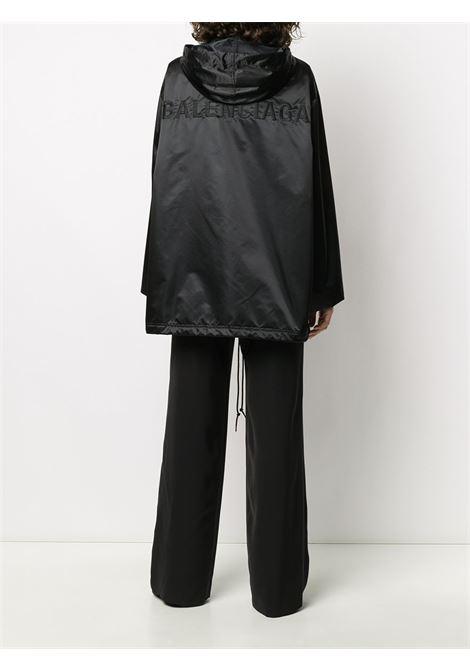 giacca a vento oversize di nylon nera con cappuccio e logo Balenciaga sulle spalle BALENCIAGA | Giaccone | 602445-TGO051000