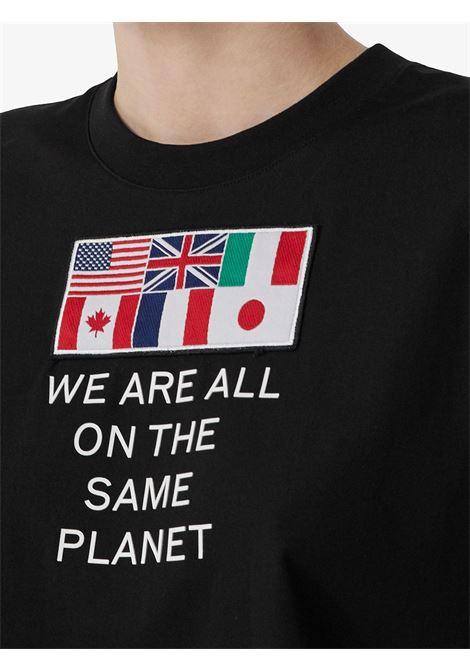 t.shirt nera in cotone a mezze maniche con bandiere BURBERRY | Maglieria Moda | 8024626-DOVEYA1189