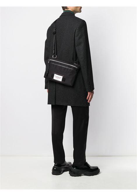borsa a tracolla piatta in nylon nera con patch logata bianca anteriore GIVENCHY | Borsa | BK5063K0S9-DOWNTOWN001