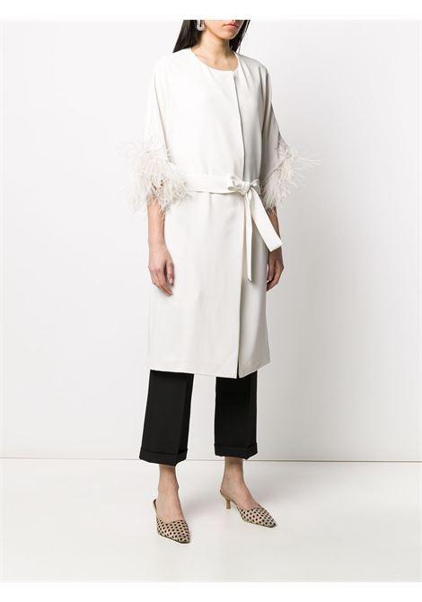 cappotto bianco con cintura impreziosito da piume P.A.R.O.S.H. | Cappotti | D430268P-PANTERS002