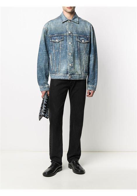 Giacca in denim di cotone blu con effetto stonewashed, stampa logo Balenciaga all-over BALENCIAGA | Giubbini | 620731-TJW532340
