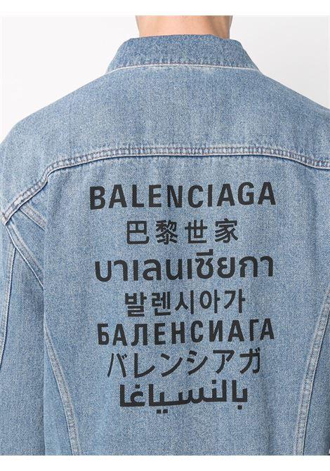 Giacca in denim di cotone blu indaco con effetto stonewashed e logo Balenciaga stampato sul retro BALENCIAGA | Giubbini | 646922-TDW154762