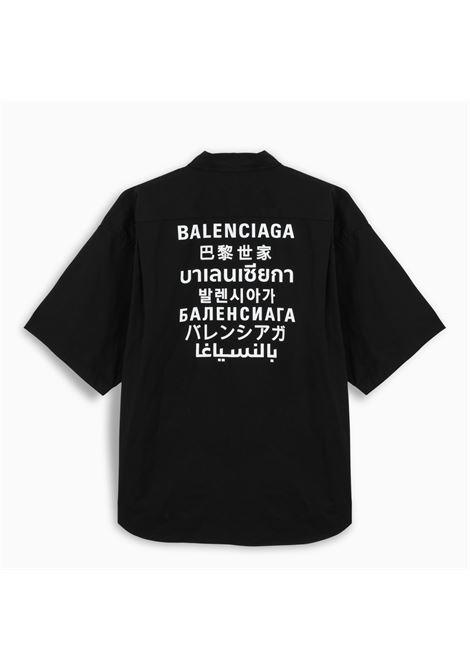 Camicia nera in cotone con logo Balenciaga bianco multilingue stampato sul retro BALENCIAGA | Camicie | 647355-TYB181000