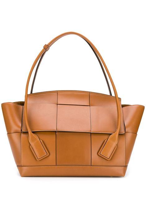 Borsa tote Arco Slouch in pelle marrone in design Intrecciato oversize. BOTTEGA VENETA | Borse a mano | 573400-VMAP12645