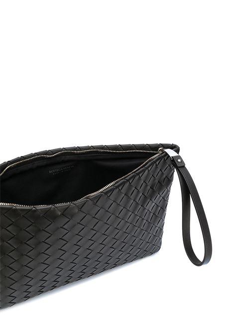 Pochette grande in pelle di agnello nera dal design Intrecciato BOTTEGA VENETA | Clutch | 608249-VCPP18803