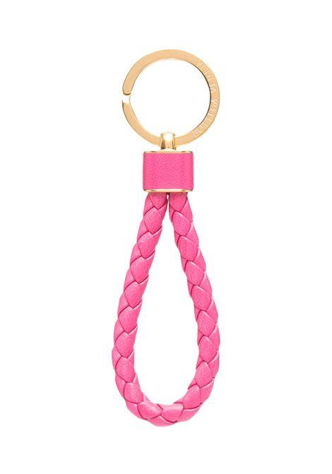 Portachiavi Intrecciato in pelle di vitello rosa punch con finiture color oro. BOTTEGA VENETA | Portachiavi | 651820-V0HW15617