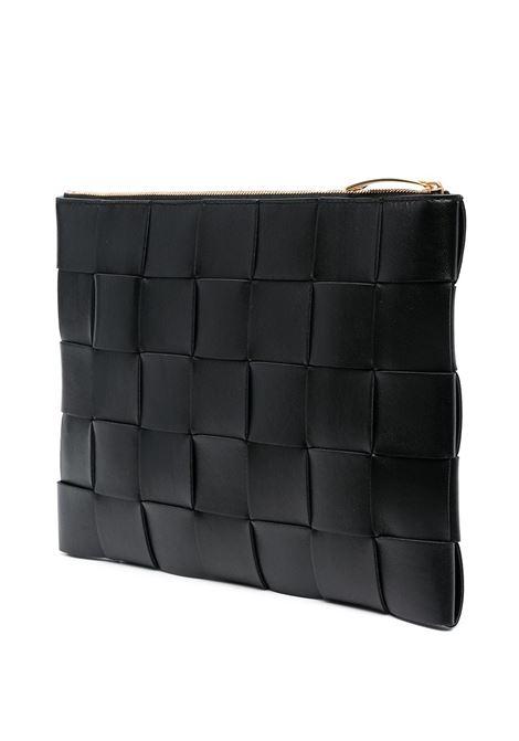 Pochette media Intrecciato in pelle nera con finiture color oro BOTTEGA VENETA | Clutch | 652931-VCQC18648