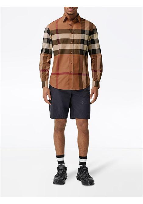 Camicia elasticizzata marrone betulla in stampa Burberry Check con colletto classico BURBERRY | Camicie | 8037640-CHADBURYA8894