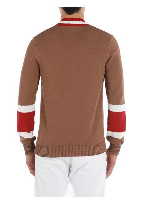 Maglione cammello con scollo a V con righe rosse e bianche a contrastoitto. ELEVENTY   Maglieria   C76MAGC33-MAG0C01604