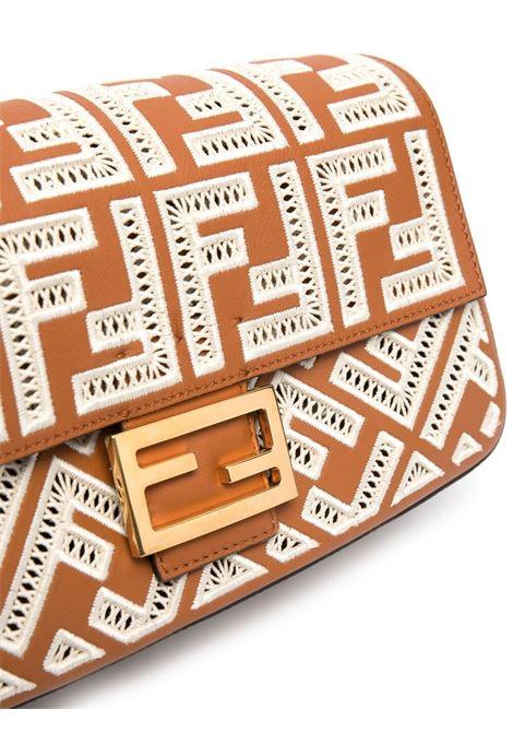 Borsa Baguette media in pelle marrone con motivo FF ricamato FENDI | Borse a tracolla | 8BR600-AF2QF1C0G